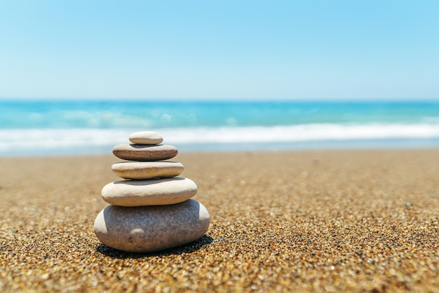 Pilha de pedras na praia perto do mar