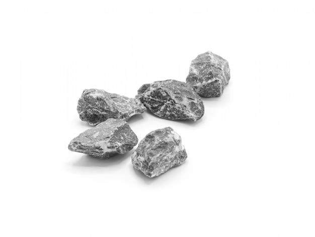 Pilha de pedras ou seixos isolados no fundo branco.