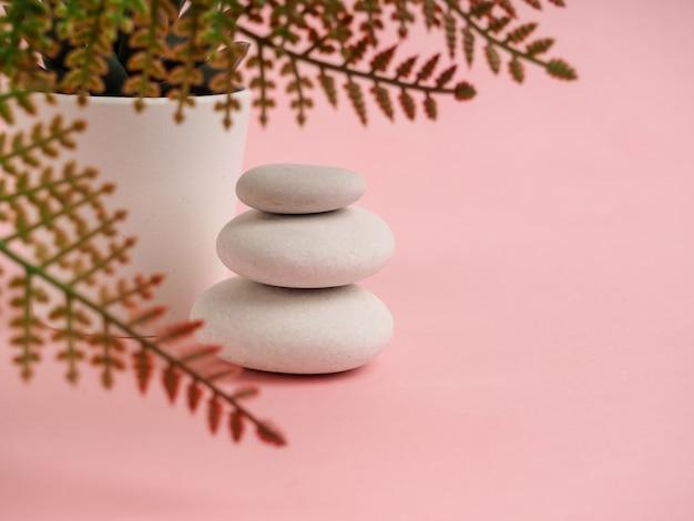 Pilha de pedras zen. relaxe ainda vida com pedras dobradas. seixos zen, pedras, cenas de spa-calma para retardar a vida da alma da tranquilidade imperturbável do conceito.