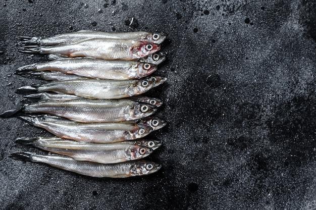 Pilha de peixe capelim cru fresco