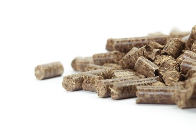 Pilha de pellets de madeira para bio energia, fundo branco, isolado