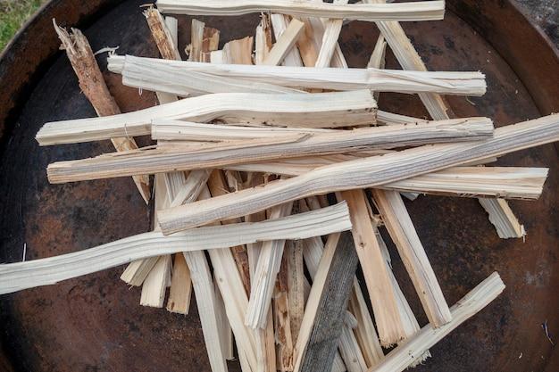 Pilha de pequeno pau de madeira preparado para o fogo do acampamento