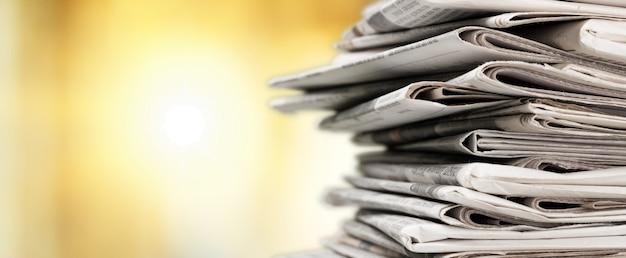 Pilha de pilhas de jornais em desfoque de fundo