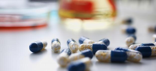 Pilha de pílulas vermelhas e azuis, dispostas em branco