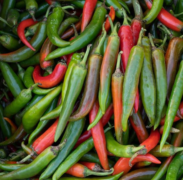 Pilha de pimentas no mercado