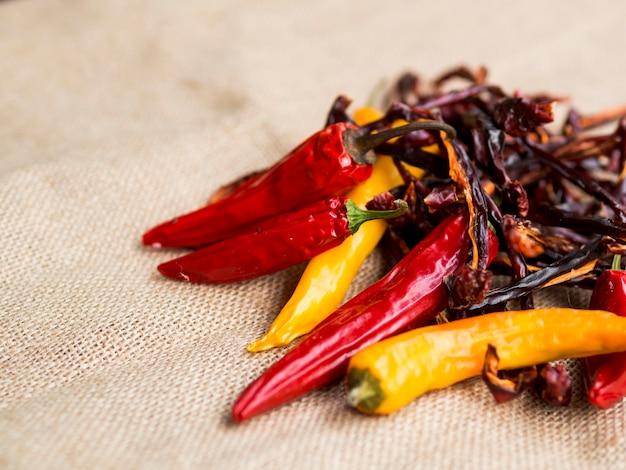 Pilha de pimentas secas vermelhas com pimenta