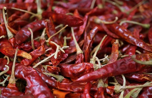 Pilha de pimentas vermelhas secas