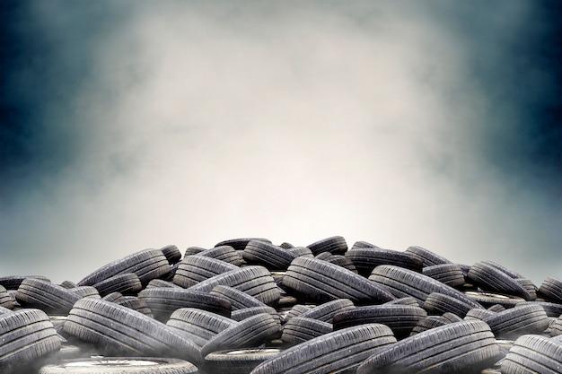 Pilha de pneus de borracha usados com fumaça