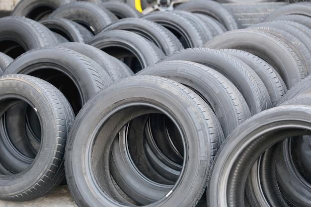 Pilha de pneus de borracha usados.