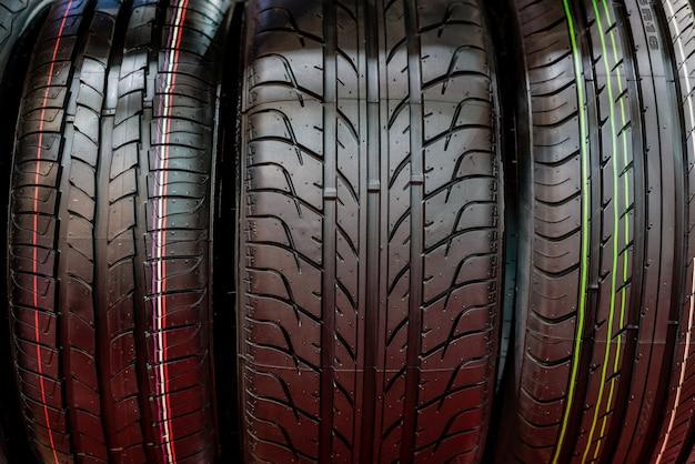 Pilha de pneus de veículos compactos novos. pneus de inverno e verão.