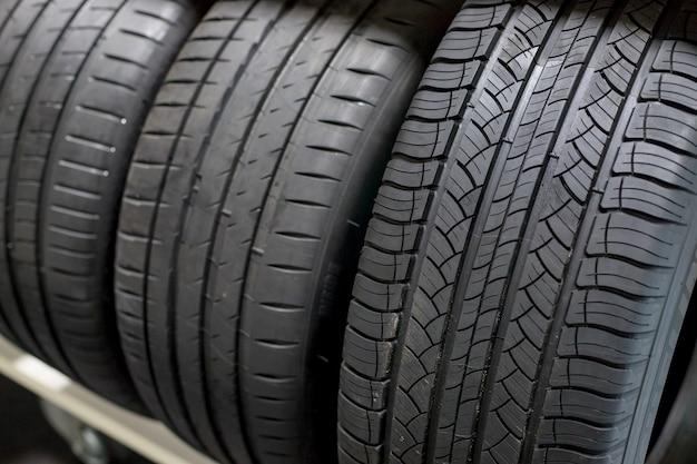 Pilha de pneus de veículos compactos novos.