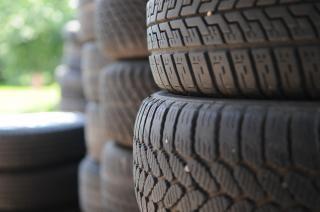 Pilha de pneus, pneus, plásticos