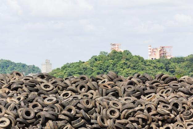 Pilha de pneus velhos