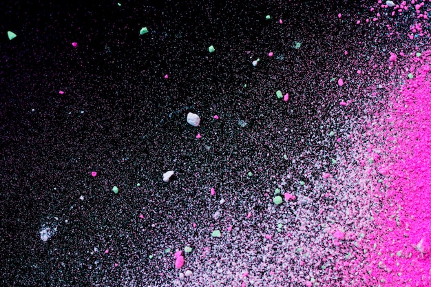 Pilha de pó de pigmento colorido natural. partículas de pó branco rosa verde splatter