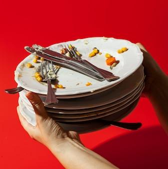 Pilha de pratos com sobras