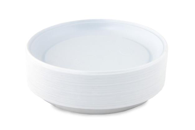 Pilha de pratos plásticos descartáveis isolados no fundo branco