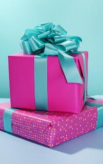 Pilha de presentes de aniversário
