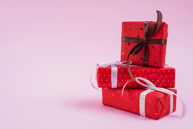 Pilha de presentes de dia dos namorados