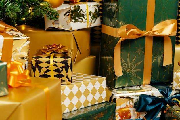 Pilha de presentes embrulhados em verde e ouro para o natal