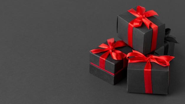 Pilha de presentes pretos embrulhados cópia espaço
