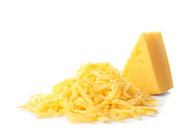 Pilha de queijo ralado isolada no branco