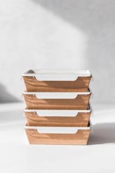 Pilha de recipientes com ração diária de comida