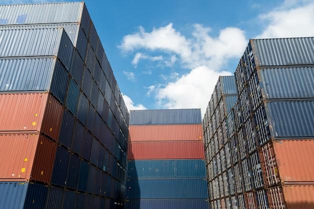 Pilha de recipientes de carga na área de importação e exportação no porto.