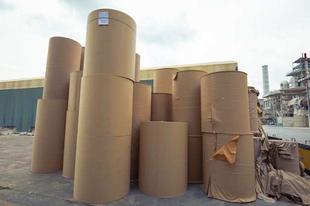 Pilha de resíduos de papel antes de triturar na usina de reciclagem