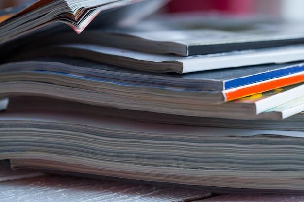 Pilha de revistas coloridas sobre uma mesa