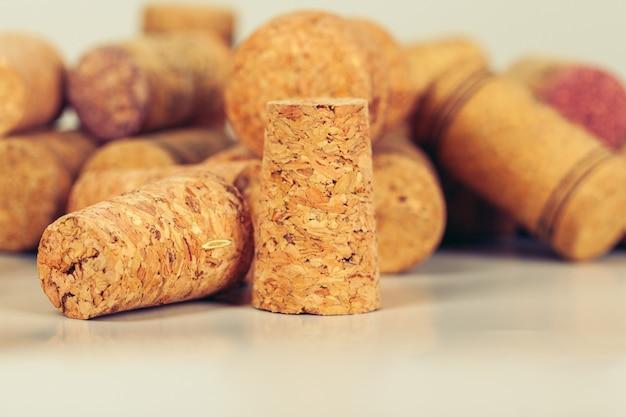 Pilha de rolhas de vinho sortidas