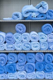 Pilha de rolo de toalha na prateleira