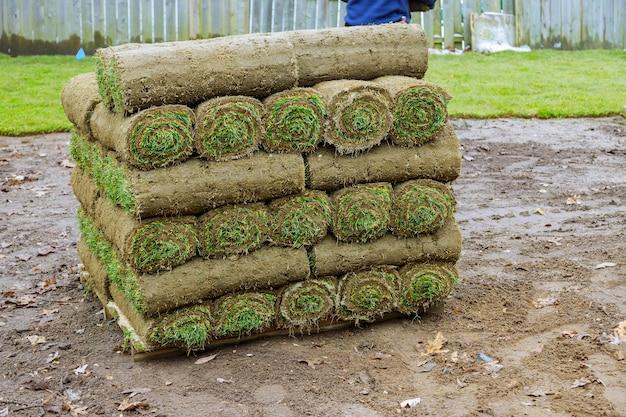 Pilha de rolos de grama para um gramado fresco para decorar o projeto da paisagem