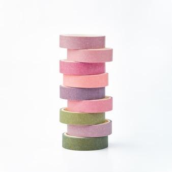 Pilha de rolos multicoloridos de fita washi