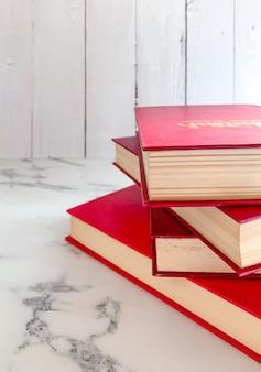 Pilha de romances vermelhos no chão de mármore