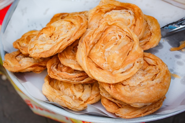 Pilha de roti friável fritado, estilo tailandês.