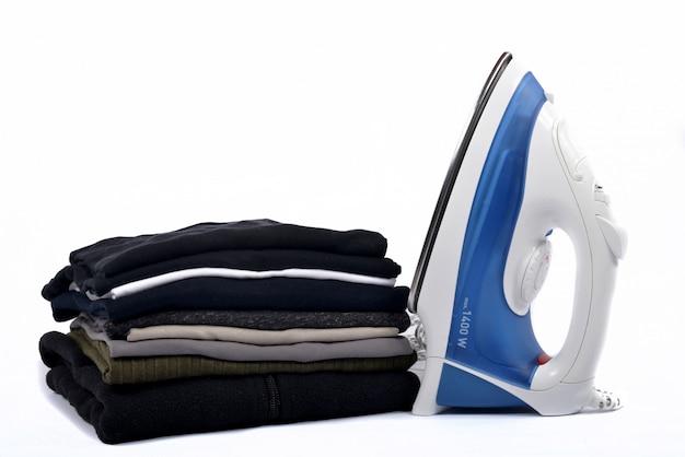 Pilha de roupa com ferros