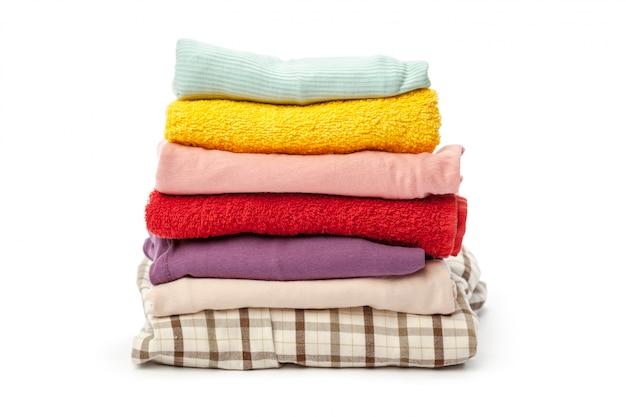 Pilha de roupa isolada no branco