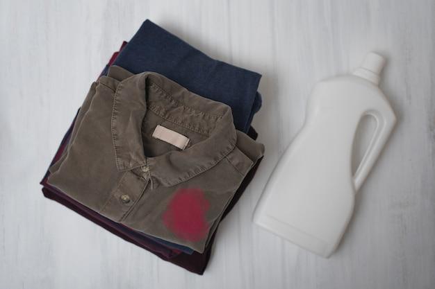 Pilha de roupa suja dobrável