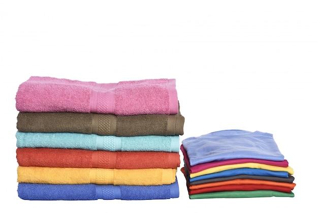 Pilha de roupas arrumadas e toalhas dobradas