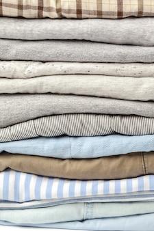 Pilha de roupas casuais multicoloridas