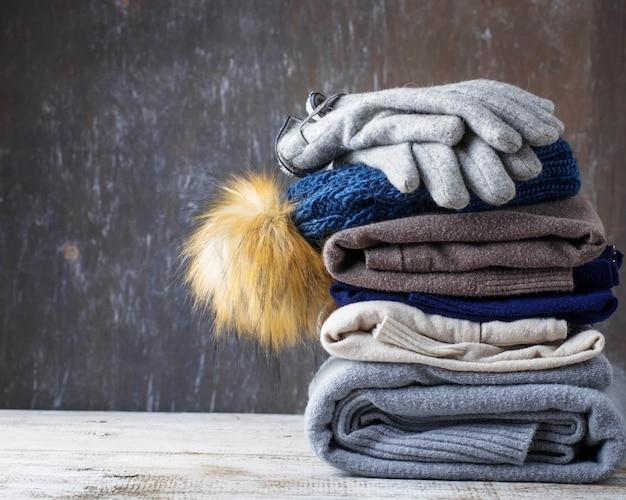 Pilha de roupas de malha quentes