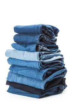 Pilha de roupas em fundo branco, closeup