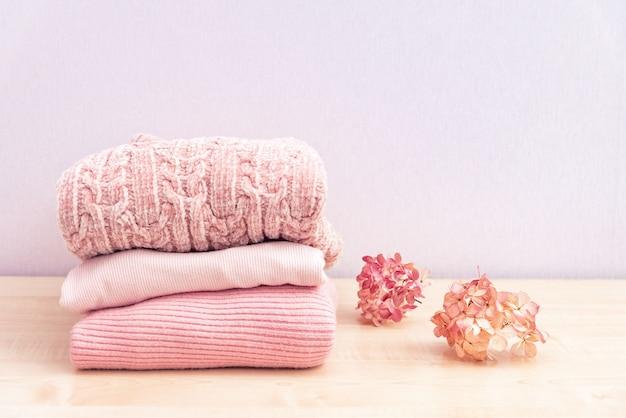 Pilha de roupas femininas de inverno ou outono.