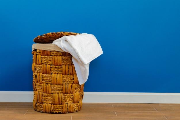 Pilha de roupas no cesto de roupa suja dentro de casa. fechar-se.
