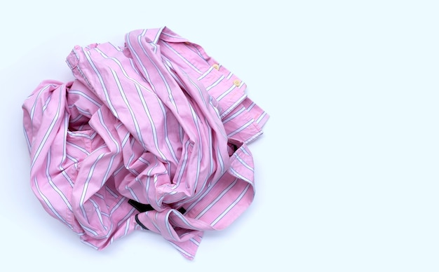 Pilha de roupas usadas na superfície branca