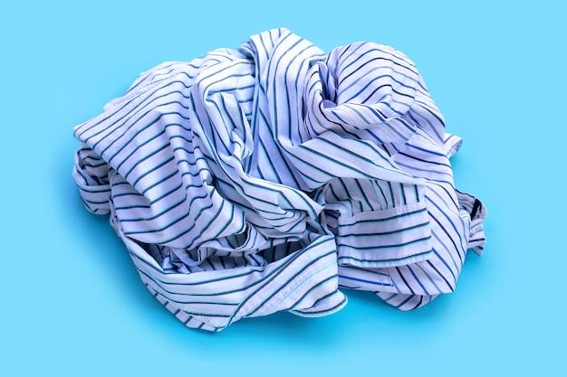 Pilha de roupas usadas.