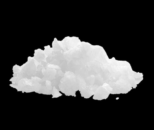 Pilha de sal isolada na superfície preta com traçado de recorte