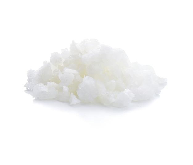 Pilha de sal isolada no branco com traçado de recorte