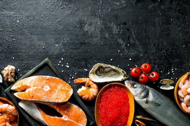 Pilha de salmão na tábua.