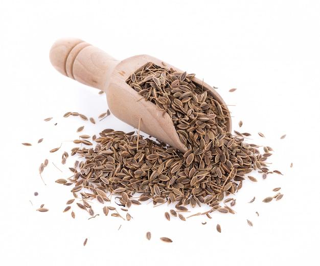 Pilha de sementes de alcaravia isolado no fundo branco